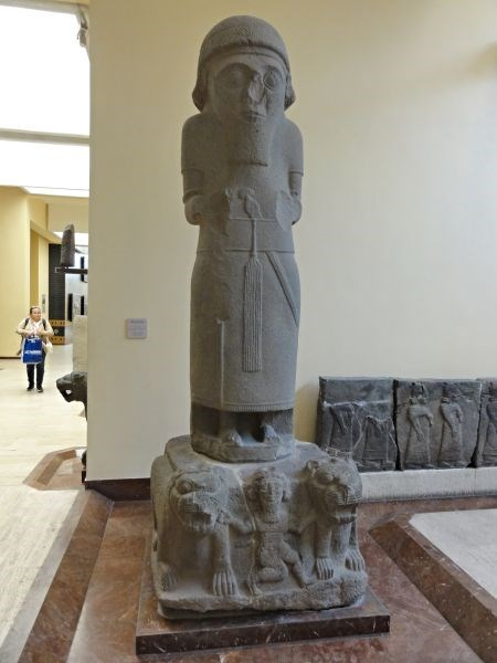 Статуя божества