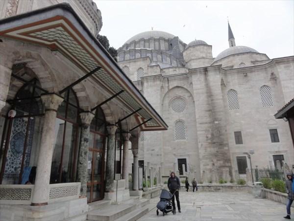 Здесь захоронены сам султан Сулейман Великолепный,