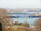 Вид на бухту Золотой Рог, Метромост и Галатский мост.