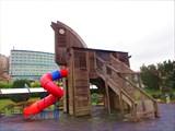 Троянский конь на детской площадке.