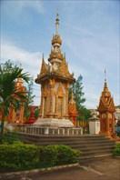 Могилы на территории монастыря в Паксе