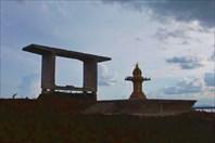 Силуэт опоры будущего моста и макета храма