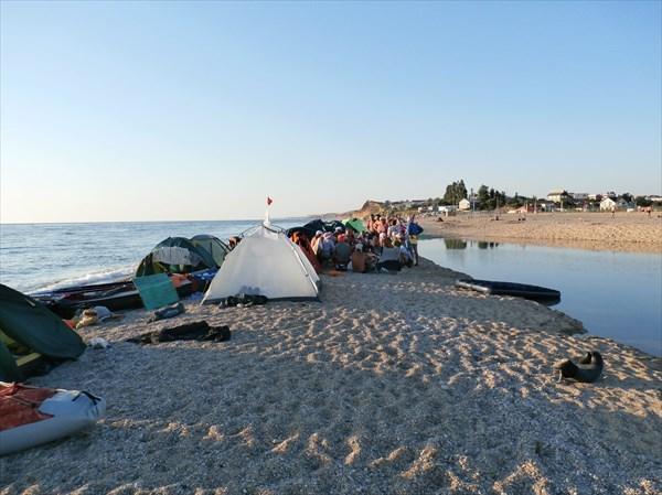 Справа - пресная вода реки Бельбек, слева - Чёрное море