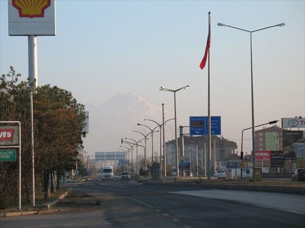 Город Аксарай. Вид на гору Хасандаг