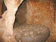 Этим камнем запирался вход