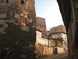 В древней крепости живут люди