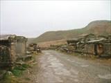 Дорога через античное кладбище