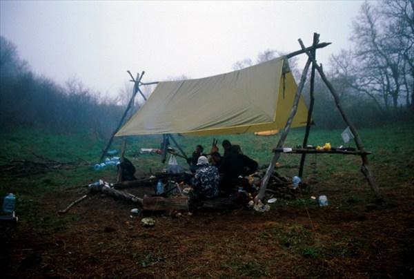 на фото: Лагерь в тумане