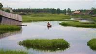 Ручей в деревне Энгозеро (на дальнем плане - поезд)
