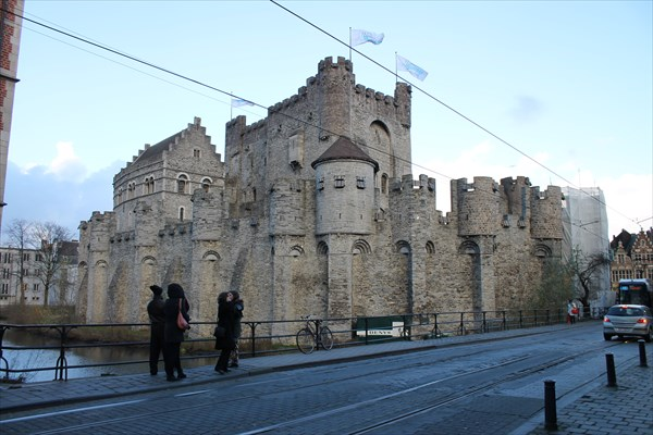 на фото: Замок графов Фландрии (Гравенстен)