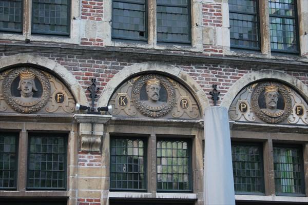 Дом коронованных особ. Третий слева в нижнем ряду Карл V — самый