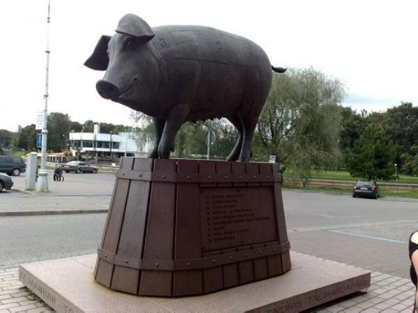 Скульптура свиньи г.Тарту