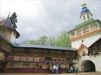 Острожная башня (слева) и Петровская надвратная башня