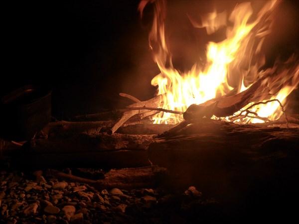 Костёр в одиночестве (все забились в палатку и спят-спят-спят!)