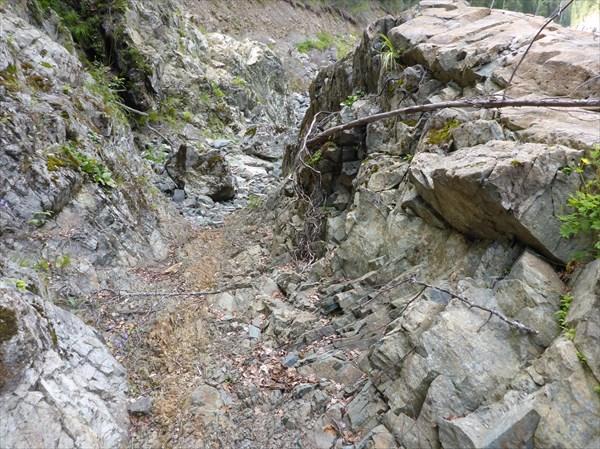 Проторенная тропа в скале по правому берегу