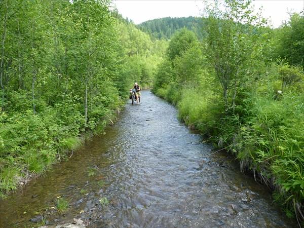 Дорога проходит по руслу реки Крестовая
