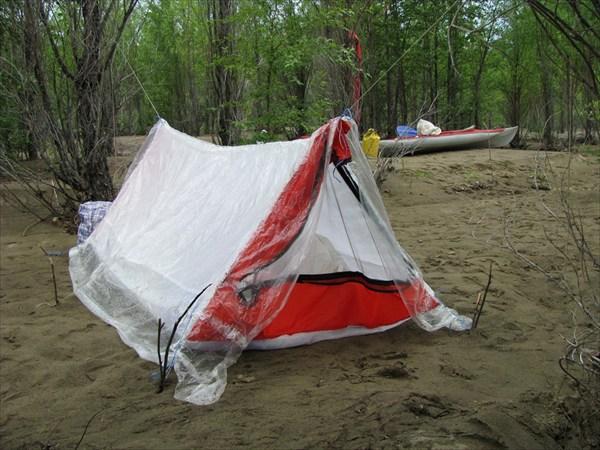 Палатка из прокладочного материала весит грамм 500 с пленкой