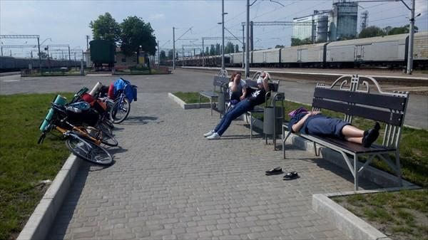 Ж/Д вокзал в Фастове. В ожидании второй половины группы.