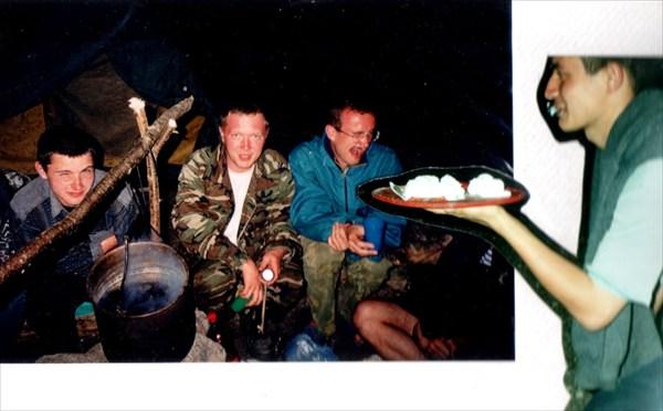на фото: ДР Димы Маслова отмечаем в полевых условиях