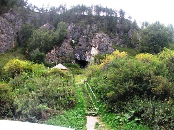 У пещеры