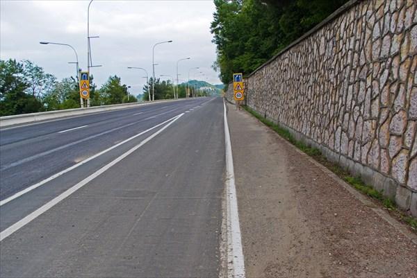 на фото: Дорога через Сочи...