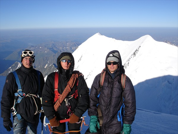 DSC03388 Участники восхождения. На заднем плане вершина Западная