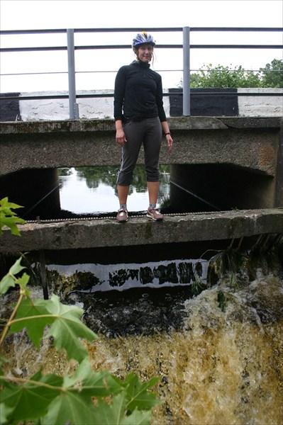 Катя на плотине водяной мельницы