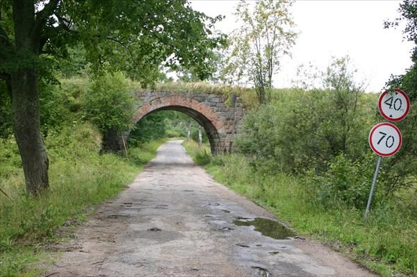 Впереди жд мост с разобранным полотном
