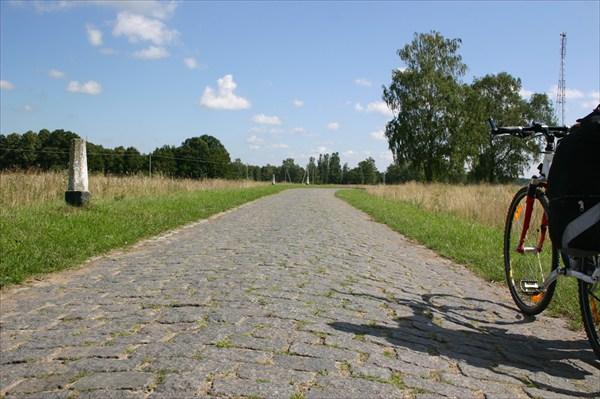Мощеная дорога посреди поля. Окрестности Правдинска