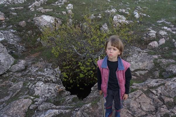 Сашка у входа в пещеру Сказка.