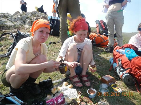 Оля и Наташа готовят перекус