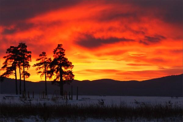 на фото: Закат над озером Тургояк