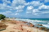 Вдали пляж Aposelemis