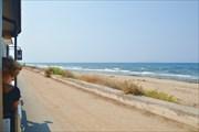 Автопоезд едет вдоль моря