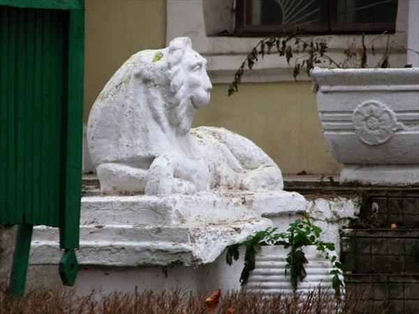 Усадьба Пехра-Яковлевское. Лев у здания бывшего театра.
