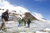 На фоне шпки Эльбруса