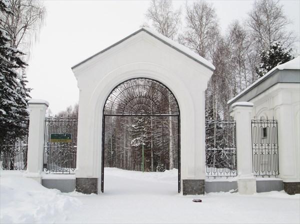 Арка при входе на территорию Православног храма в честь Всех свя