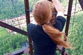 Даша покоряет лестницу