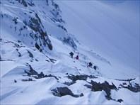 Крайние участники поднимаются на перевал.