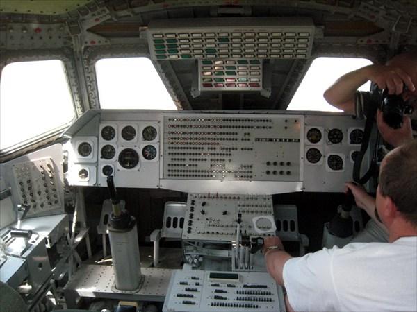 В кабине пилотов, хоть и был единственный полет беспилотным