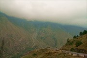 Облака зависли на вершинах гор