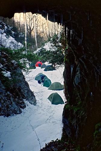 на фото: Лагерь, вид из входняка Самохвата