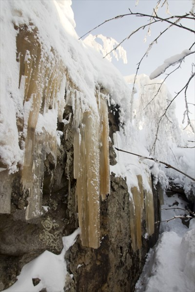 Белый снег, коричневый лед