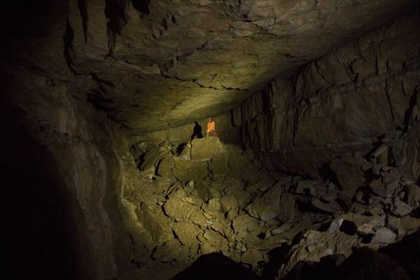 Черный спелеолог стоит за спиной ) Зал Титанов