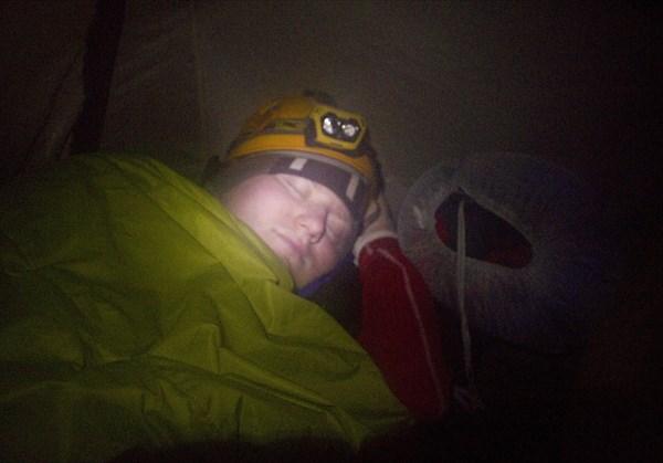 Настоящие спелеологи даже спят в каске ))