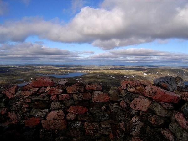 Вид из укрепления на вершине Муста-Тунтури
