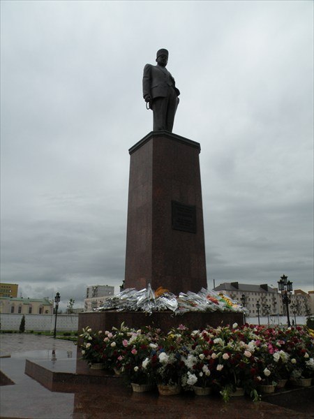 Памятник Ахмаду Кадырову на месте дворца Дудаева