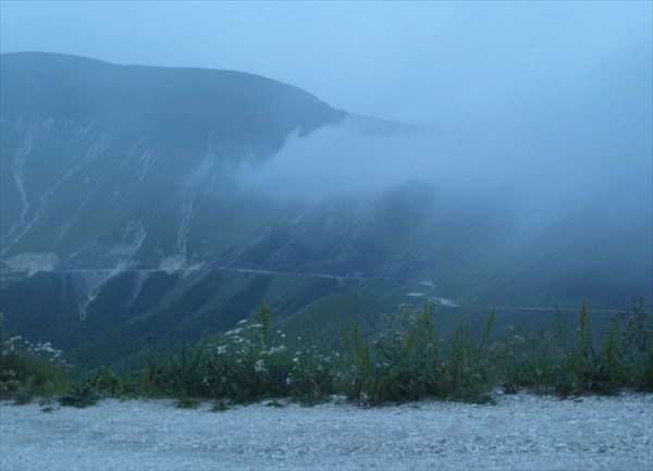 На горы опускаются темнота и туман