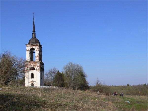 Разрушенная церковь на погосте