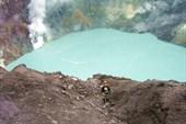 Озеро в активном кратере Горелого